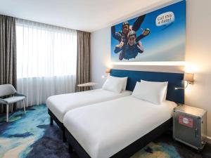 宜必思尚品酒店,伦敦希思罗机场客房内的一张或多张床位