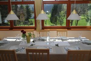 斯努克别墅 - 红色度假屋餐厅或其他用餐的地方