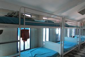 柯夫路MKS背包客旅舍客房内的一张或多张双层床
