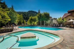 传奇酒店内部或周边的泳池