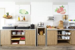 圣路易巴塞尔阿德吉奥阿克瑟斯公寓式酒店的厨房或小厨房