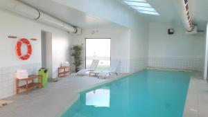 圣路易巴塞尔阿德吉奥阿克瑟斯公寓式酒店内部或周边的泳池