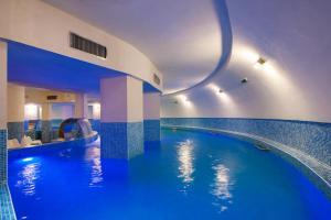 帕莱斯酒店内部或周边的泳池