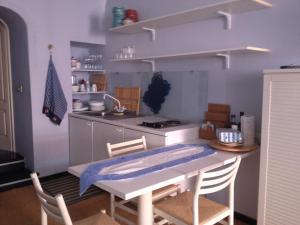 Light blue in Portofino的厨房或小厨房