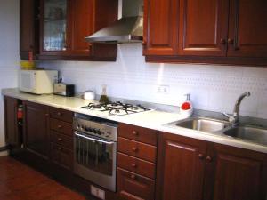 蓝色度假屋的厨房或小厨房