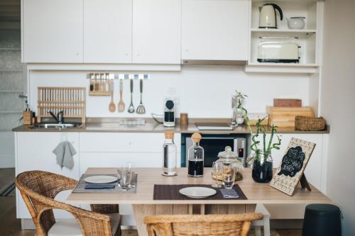 木阁楼公寓的厨房或小厨房