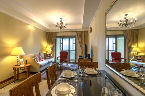 远东酒店集团乌节路公园套房酒店餐厅或其他用餐的地方