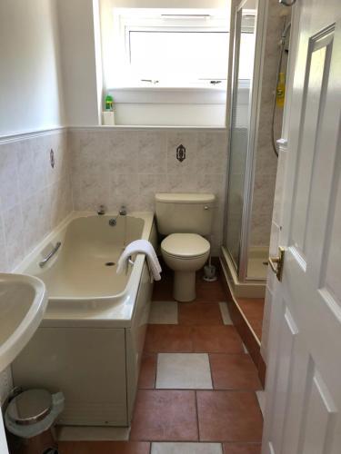 Dysart Sea View Apartment的一间浴室