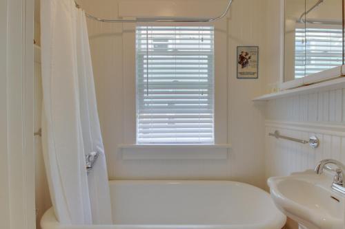 West Bremerton Cozy Home的一间浴室