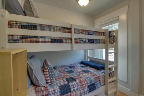 West Bremerton Cozy Home客房内的一张或多张双层床