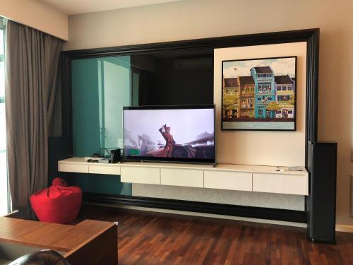 Penthouse Residence @ Shore Residences的电视和/或娱乐中心