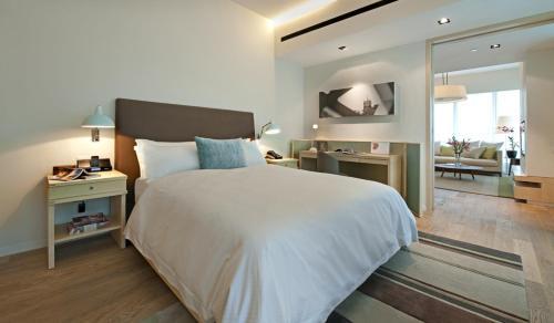 武吉锡兰逸兰服务式公寓酒店客房内的一张或多张床位