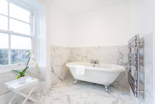 Luxury 4 bed Townhouse in Prestigious West End的一间浴室