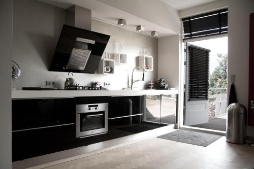 天堂套房酒店的厨房或小厨房