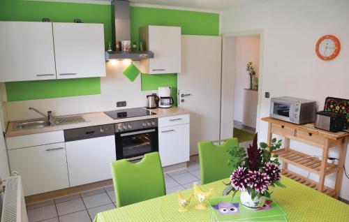 Holiday Apartment Horhausen 07的厨房或小厨房
