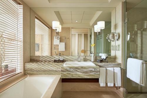 昆山阳澄湖费尔蒙酒店的一间浴室