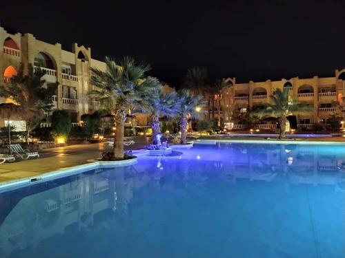 One- bedroom apartment S3 in Vip Zone Sunny Lakes内部或周边的泳池