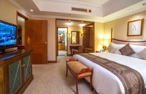 青岛颐中皇冠假日酒店的电视和/或娱乐中心
