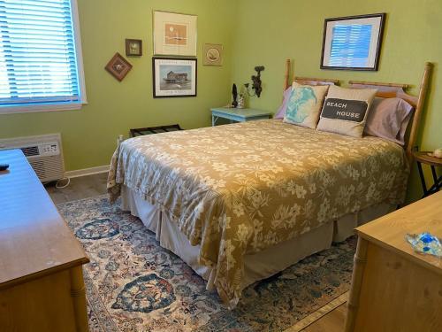 Matilda's at Ocean Forest Villas客房内的一张或多张床位