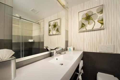 西雅图机场皇冠假日酒店的一间浴室
