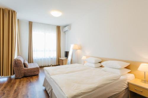 伊梅莱汀斯基摩尔思科公寓酒店客房内的一张或多张床位