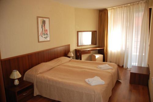 舒适公寓式酒店客房内的一张或多张床位