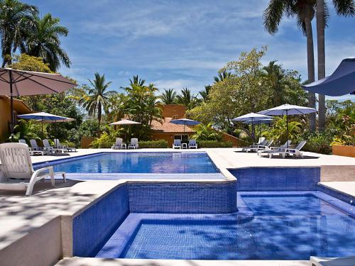 Villas Ixzi Plus内部或周边的泳池