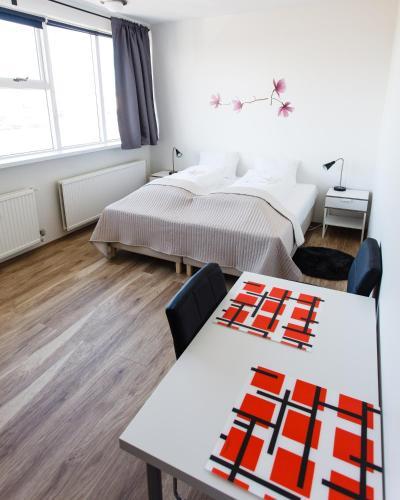 1号公路旅馆客房内的一张或多张床位