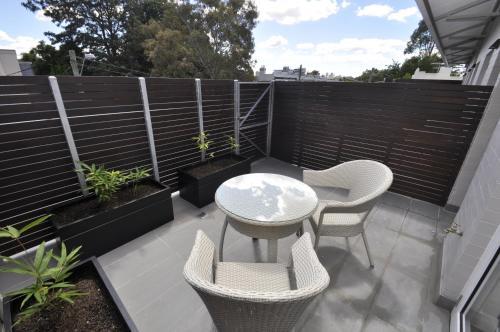 格勒贝自助式现代一卧室公寓(3 COW)的阳台或露台