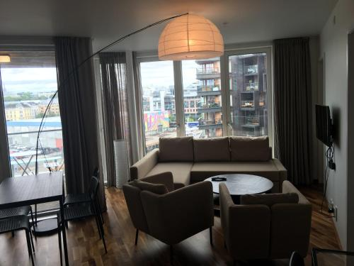 modern 1 bedroom with balcony and view酒廊或酒吧区