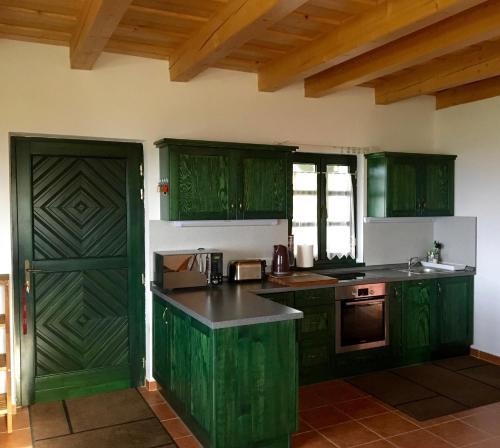 Somlo Wineshop Guesthouse的厨房或小厨房