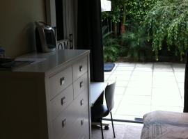 一间带连接浴室的卧室帕内尔住宿加早餐旅馆