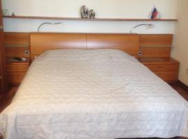 Мебелированное помещение с собственной кухней и ванной, предназначенное для краткосрочной аренды сроком до месяца