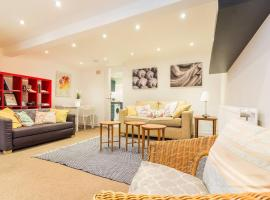 Contemporary 2 Bed apt w/Patio in East London