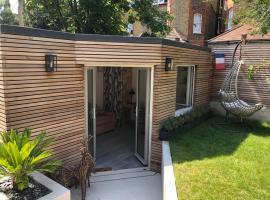 Independent garden study,位于伦敦的公寓