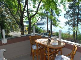 Lakeside Retreat Upper Suite, Winfield
