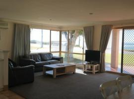 卡尔巴里鹈鹕海岸别墅酒店