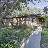 Mid-Century Brownsville House with Patio & Porch!,位于布朗斯维尔的酒店