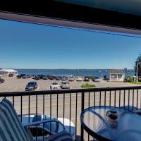 Lincolnville Studio with Ocean-view Balcony!,位于林肯维尔的酒店
